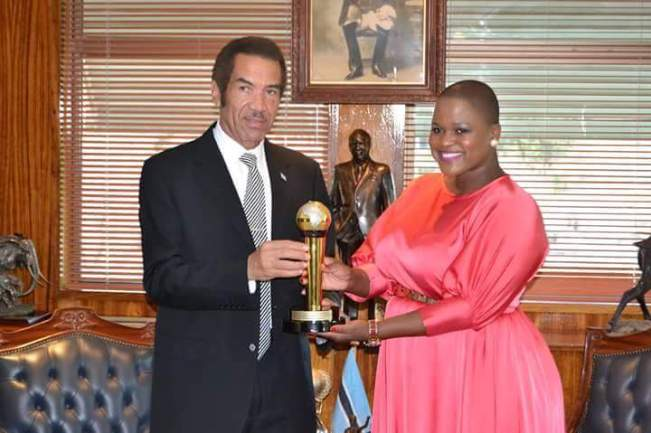 Photo of President Khama Recieves AFRIMMA Transformation Leadership Award