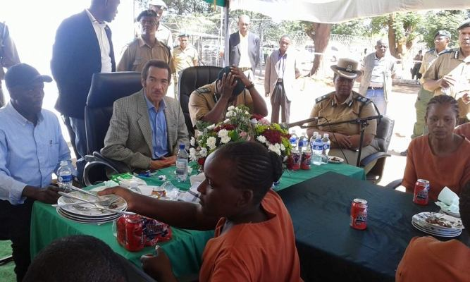 Photo of President Khama Celebrates His Birthday In Style: With Prisoners