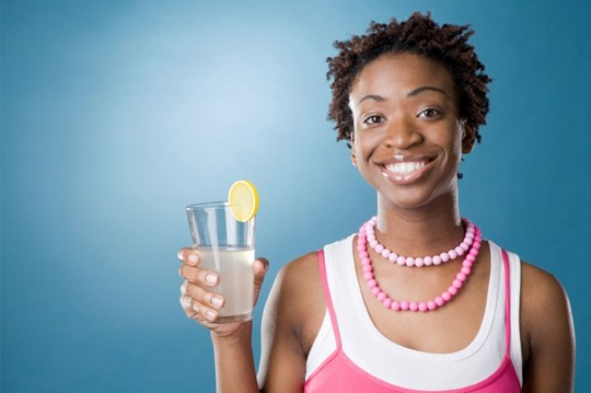 woman-drinking-water-with-lemon_wxnlji